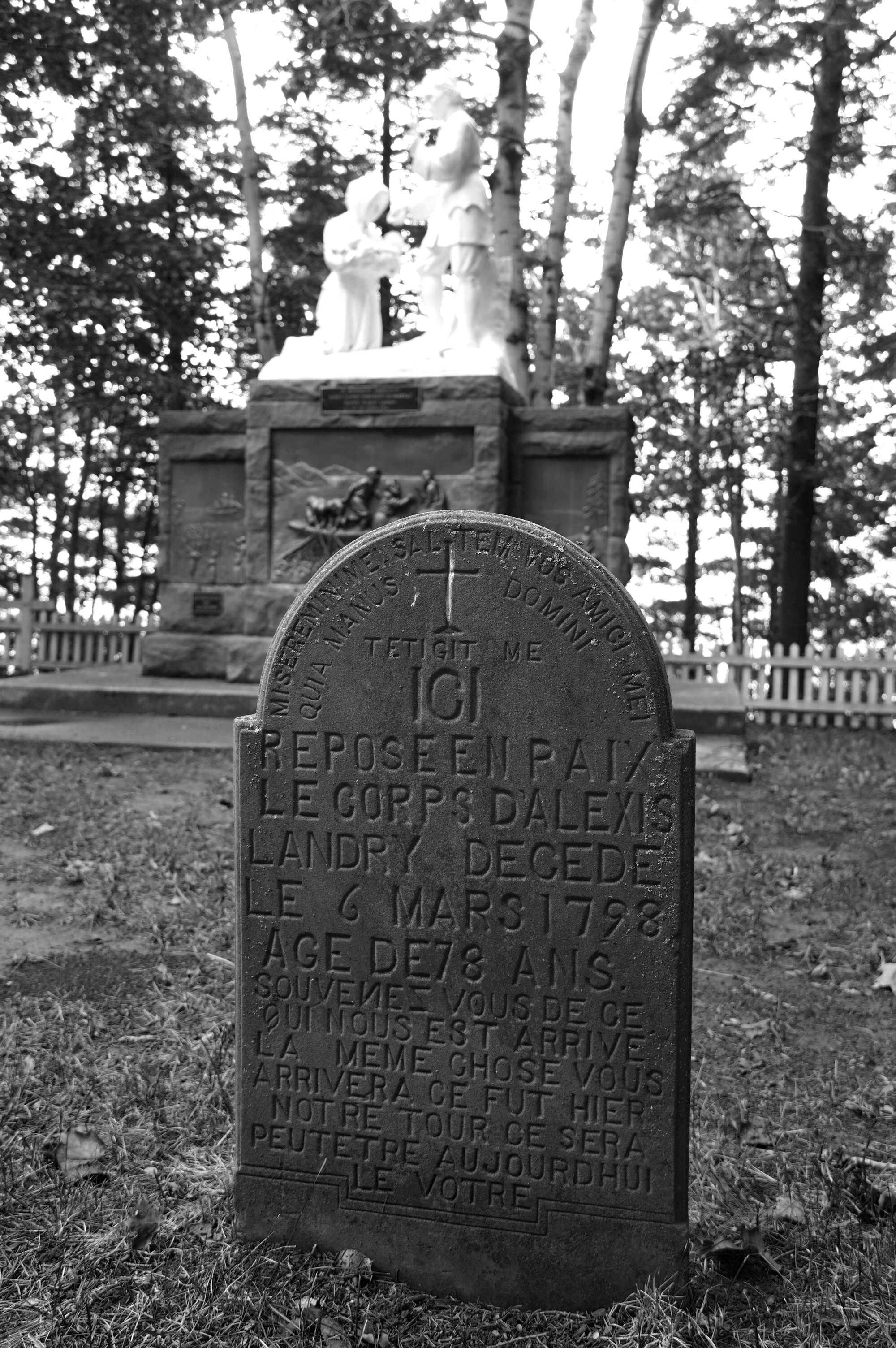 Acadie, pierre tombale épitaphe, Sanctuaire Ste Anne du Bocage
